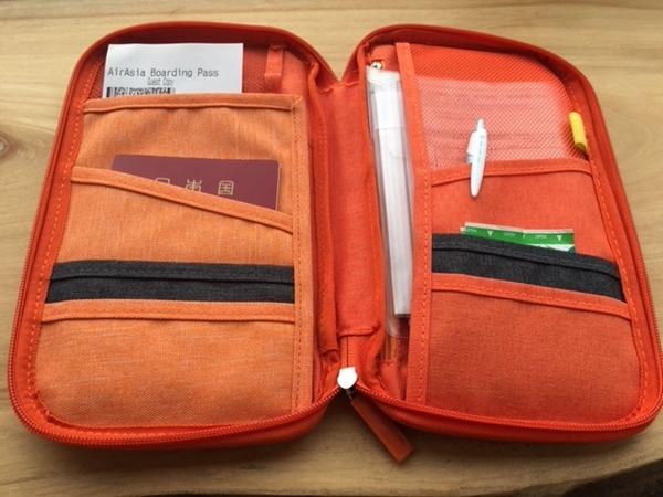 パスポートケースの収納ポケット