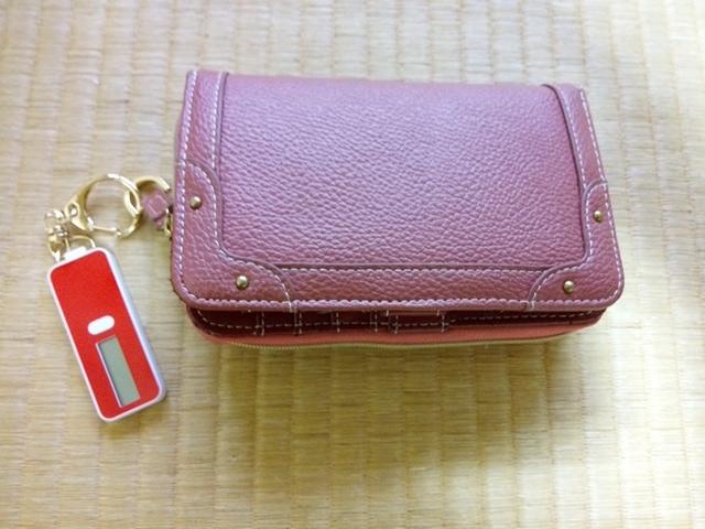 残高確認のキーホルダーを財布につけたところ
